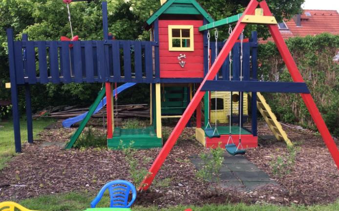 Kinderspielhaus mit Schaukel und Rutsche_Familie Satzinger