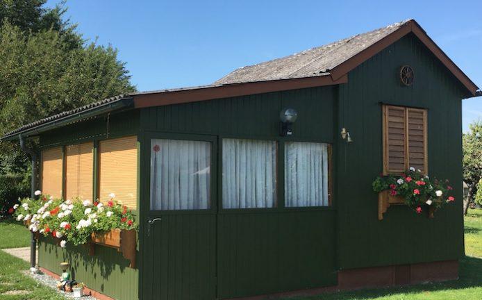 jotun-kleingartenhaus-deckende-holzschutzfarbe
